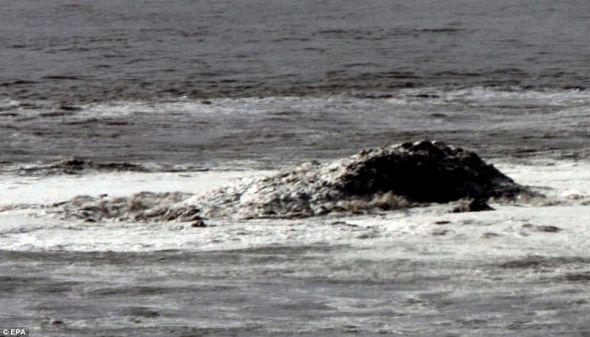 一个新岛在沿加那利群岛的西班牙南部海岸的雷斯廷加海岸出现