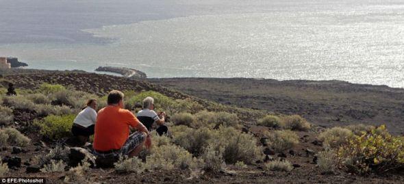 海上的火山活动把人们吸引到海岸,他们等待观看一个新岛的诞生