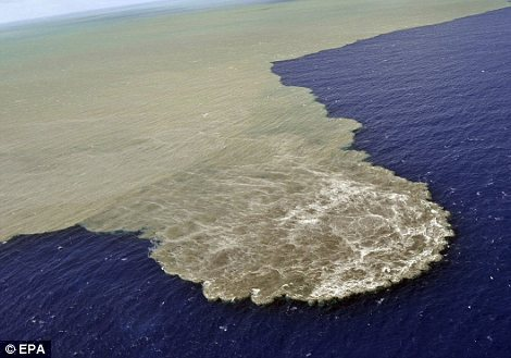 碎片被抛到空气中,加那利岛在过去四个月已经经历了10,000余次震颤