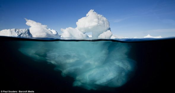 水下图片显示一座冰山到底延伸到水下多深处。这张照片是在格陵兰伊卢利萨特雅各布峡湾拍摄的